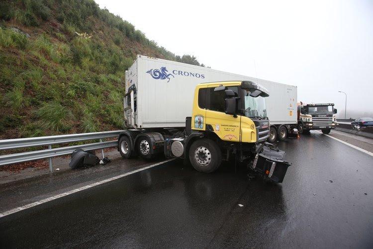 Uno de los camiones accidentados ayer en la autovía (SXENICK)