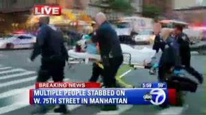 Babá é retirada do apartamento em Upper West Side nesta quinta-feira (25) em Manhattan (Foto: AP)