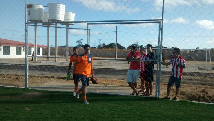 Jogadores do CRB entram em campo para 1º treino no CT (Foto: Denison Roma/GloboEsporte.com)