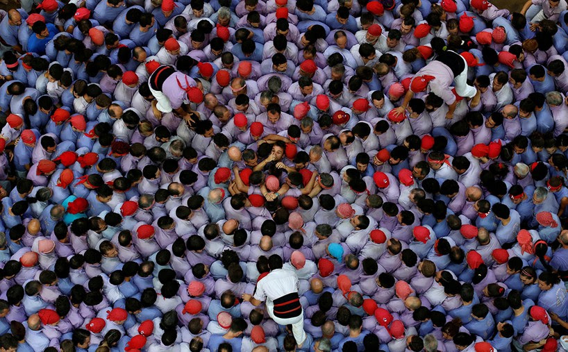 castells-human-towers-catalonia-spain-designboom-1