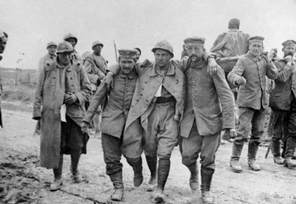 9jul2014--em-foto-sem-data-da-primeira-guerra-mundial-soldados-franceses-ajudam-companheiro-ferido-durante-a-batalha-do-somme-proxima-ao-rio-somme-na-picardia-franca-1404934596588_726x500