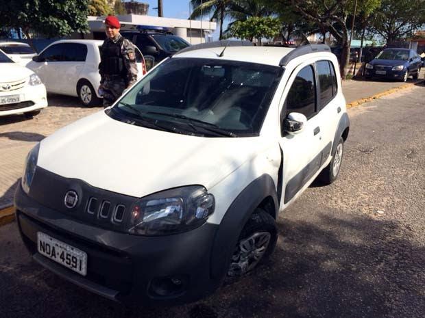 Polícia recuperou cinco carros roubados, dentre eles este Uno branco que foi roubado em Capim Macio (Foto: Matheus Magalhães/Inter TV Cabugi)