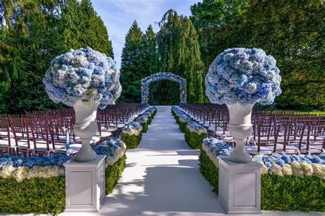 this is a grand outdoor wedding, love the flowers love the