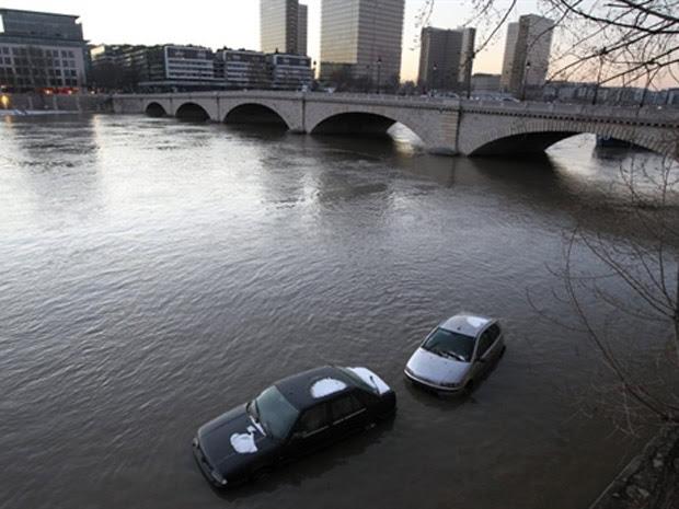 Carros em margem alagada do rio Sena, em Paris, próximos à ponte Tolbiac; ruas ao longo do rio estão fechadas desde ontem, quando o nível da água subiu mais de três metros