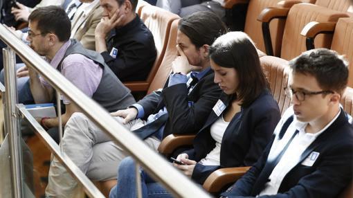 De izq. a dcha., Monedero, Iglesias, Montero y Errejón en la tribuna del público de la Asamblea