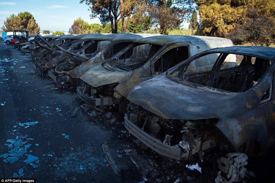 O incêndio destruiu um número de carros e vans em uma concessionária em Vitrolles, perto de Marselha