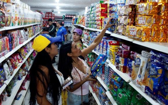 Entre 6:00 a.m. y 5:00 p.m. se permitió el ingreso de venezolanos a Colombia, y aunque se había establecido que a las 8:00 p.m. era la hora de salida, se extendió hasta las 11:00 p.m. FOTO REUTERS