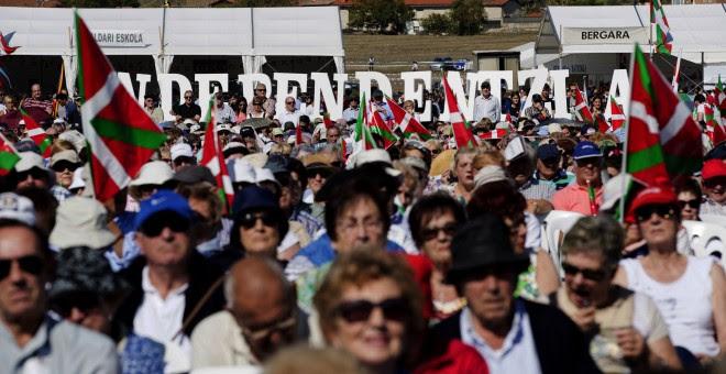 Pancarta a favor de la independencia en el acto central del Alderdi Eguna (Día del Partido), que el PNV celebró el pasado fin de semana en las campas de Foronda, a las afueras de Vitoria. EFE/David Aguilar