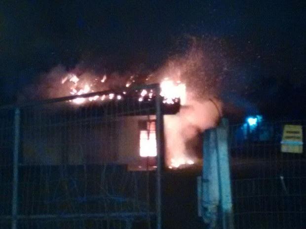 Casa fo incendiada na madrugada desta quarta-feira (Foto: Cleuton Lanes/Corpo de Bombeiros)