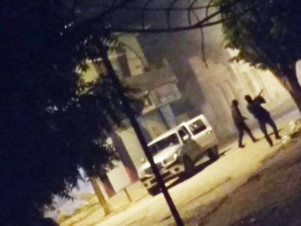 Imagens mostram criminosos durante ação em Cipó, na Bahia (Foto: Marinaldo Viana)