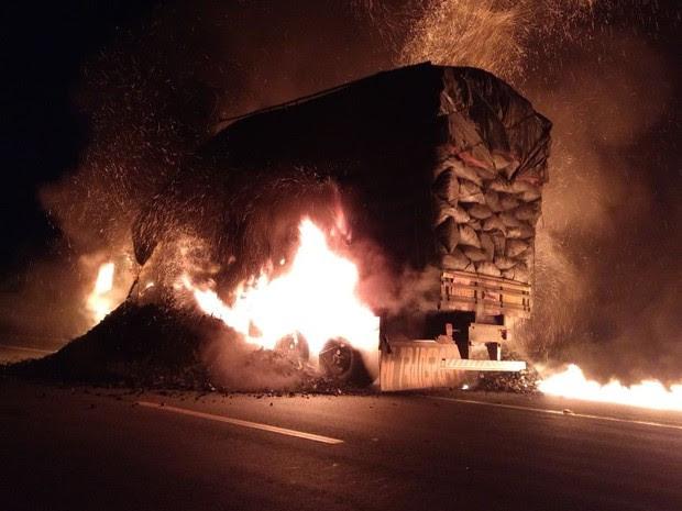 Caminhão com carga de carvão pegou fogo na BR-251 (Foto: Divulgação/Corpo de Bombeiros)