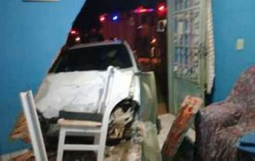 No Paraná, carro invade casa após colisão e sete pessoas ficam feridos