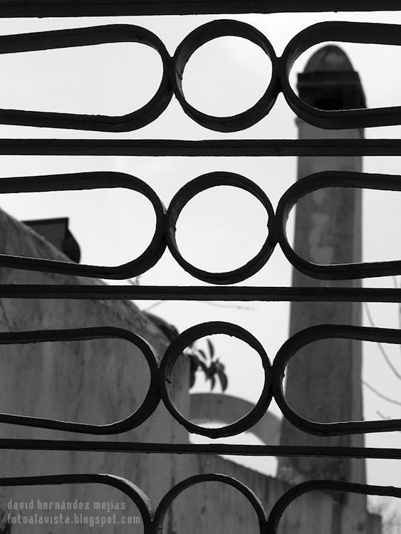 Fotografía realizada en la isla de Capri (Nápoles), Italia, a un enrejado peculiar y artístico con el fondo fragmentado de las edificaciones oriundas del lugar