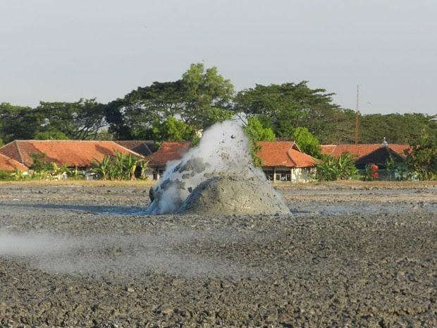 (Foto: reprodução / http://ugmsc.wordpress.com/2012/05/30/fieldtrip-north-east-java-basin-petroleum-geology-aapg-ugm-sc/)
