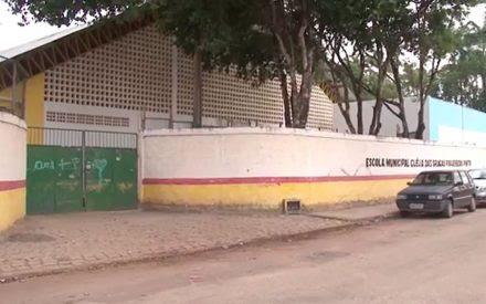 PROFESSORA LEVA TAPA NO ROSTO, CAI NO CHÃO E SOFRE PONTAPÉS DE ALUNA DE 13 ANOS