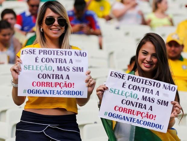 Cartaz protesto Brasil x México (Foto: Reuters)