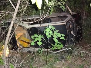 Após sair da pista, veículo caiu em ribanceira (Foto: Jadiel Luiz/Blog do Sigi Vilares)
