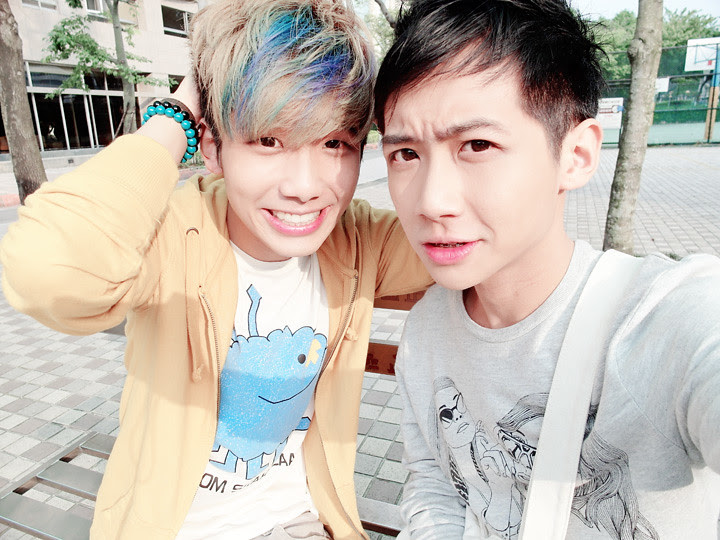 typicalben randy camwhore at taiwan bus stop