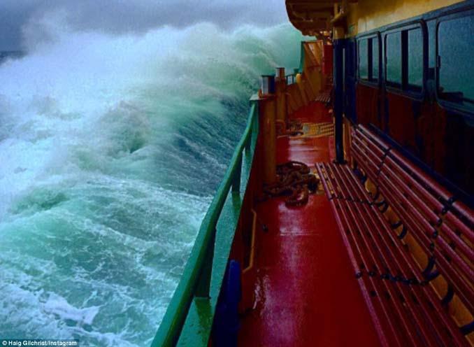Εντυπωσιακές φωτογραφίες από τη μάχη ενός ferry boat με τα κύματα (5)