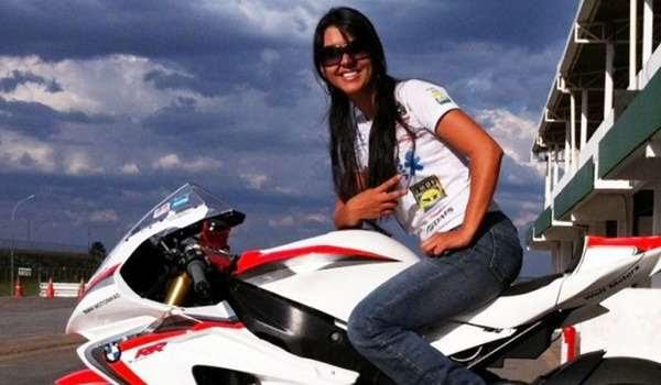 Durante ultrapassagem, Vanessa perdeu o controle da moto. Na capotagem, o veículo atingiu a atleta na cabeça e no pescoço (Reprodução Facebook)