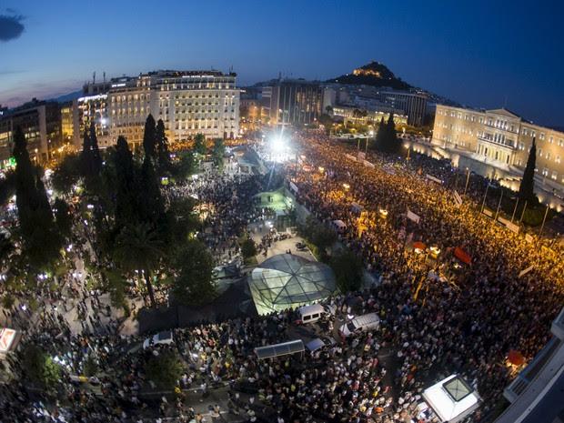 Manifestantes participam de um comício anti-austeridade na frente do prédio do parlamento em Atenas, na Grécia. Os gregos enfrentam bancos fechados, longas filas nos supermercados e incerteza após negociações com os credores internacionais (Foto: Marko Djurica/Reuters)