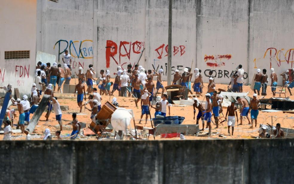 Presos são vistos durante o confronto em Alcaçuz (Foto: Andressa Anholete/AFP)