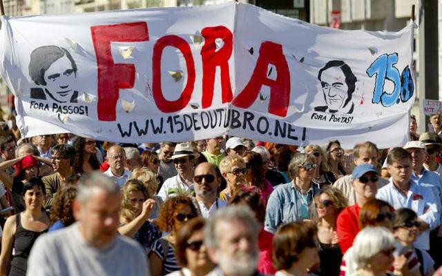 Cientos de personas se manifiestan este 1-J en Lisboa contra la austeridad impuesta por la troika. EFE