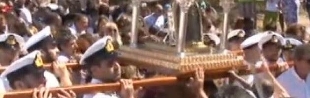Δεκαπενταύγουστος στην Τήνο: Όλοι ελπίζουν σε ένα θαύμα! Κοσμοσυρροή για τη γιορτή της Μεγαλόχαρης [vid]