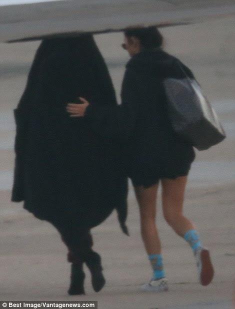 Kim Kardashian é visto sendo apressou-se a um jato particular no aeroporto de Le Bourget, em Paris, após ter sido roubado à mão armada nas primeiras horas desta manhã.  Kim foi acompanhada por sua assistente e guarda-costas pessoal como ela correu para o plano de espera.