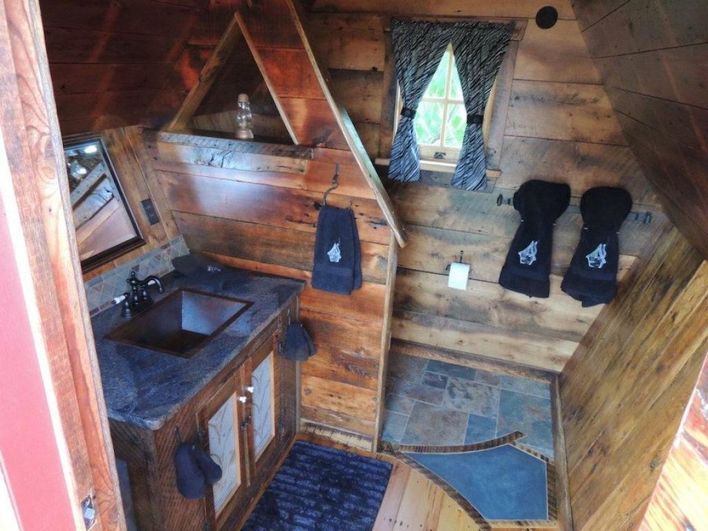 Minúsculas casinhas de madeira recuperada que parecem retiradas de páginas de contos infantis 06