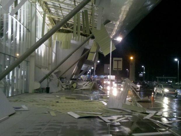 Placas do forro do teto do Aeroporto Marechal Rondon despencaram com força da chuva e dos ventos. (Foto: Cassiano Pinto / Arquivo Pessoal)