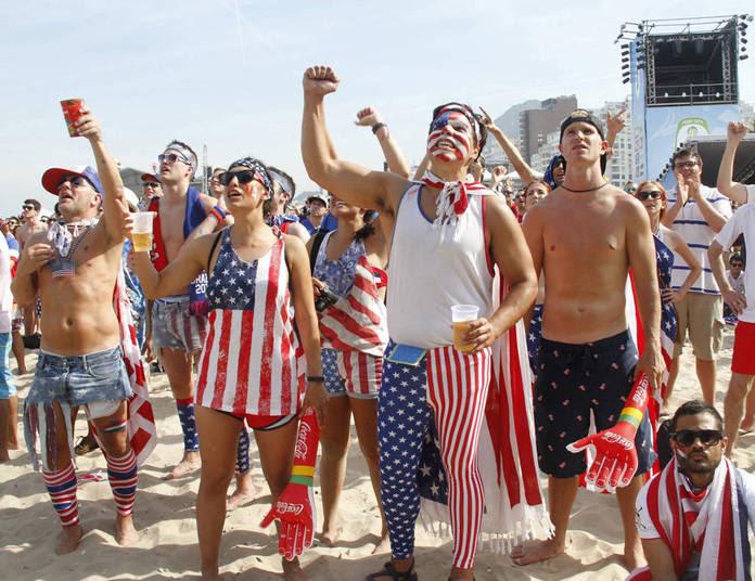 Os torcedores americanos, quase sempre muito patriotas, gostam de usar as cores do país na roupa inteira