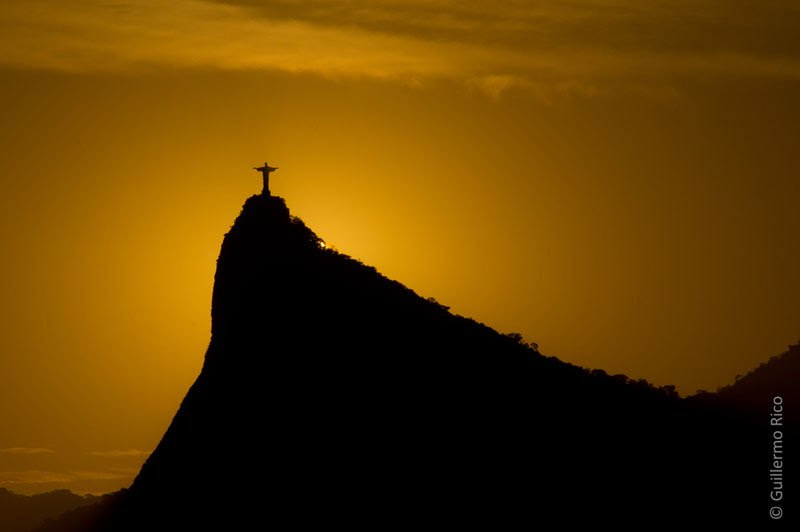 Σ' αυτή την υπέροχη φωτογραφία από τον Guillermo Rico, βλέπουμε στο ηλιοβασίλεμα το άγαλμα του 'Χριστού Λυτρωτή' στο Ρίο ντε Τζανέιρο.