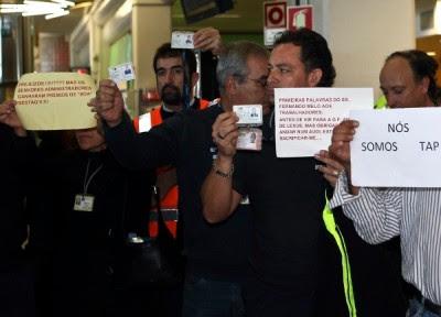Trabalhadores da Groundforce do aeroporto de Faro manifestam-se após terem a informação dos despedimentos, 11 de Novembro de 2010 Foto de Luís Forra/Lusa