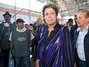 Presidente Dilma Rousseff visita local onde os corpos das vítimas foram levados para reconhecimento. Um incêndio de grandes proporções em uma casa noturna ocorreu na madrugada deste domingo em Santa Maria (RS). O incidente, que começou por volta das 2h30, ocorreu na Boate Kiss, na rua dos Andradas, no centro da cidade. Segundo um segurança que trabalhava no local no momento do incêndio, muitas pessoas foram pisoteadas. Por volta das 10h40, foi encerrada a remoção dos corpos das vítimas em um caminhão da Brigada Militar. Eles foram levados para um ginásio da região central onde será feito o reconhecimento. O Corpo de Bombeiros acredita que o fogo teria iniciado com um sinalizador Foto: Vinicius Costa / Futura Press