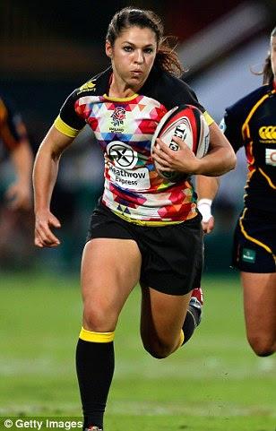 Poder e da beleza: Inglaterra de rugby estrela Amy Wilson-Hardy, à esquerda, 24, diz que usando maquiagem e fazer seu cabelo antes de um jogo grande a ajuda a se sentir feminina e confiante em campo