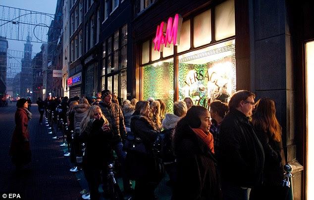 Nightwatch: Shoppers na fila na madrugada para garantir que não perca