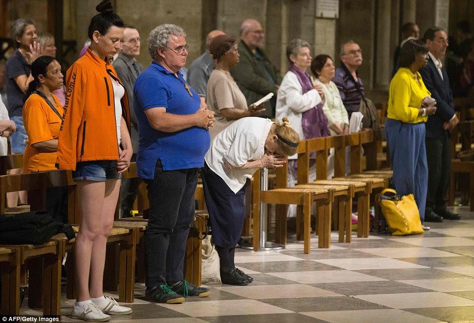 Enlutados e adoradores assistir a uma missa em memória do sacerdote assassinado, como verificou-se que seus assassinos já eram conhecidos por serem terroristas ameaças da polícia francesa