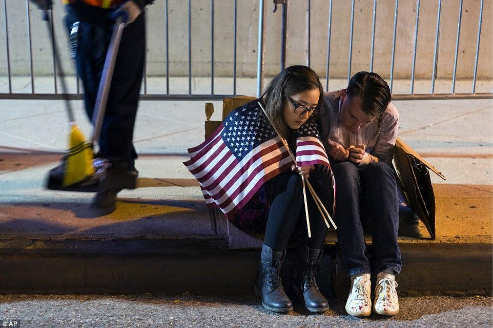 Pessoas sentar fora do Jacob Javits Center à espera de resultados eleitorais na sequência de uma reunião para Clinton