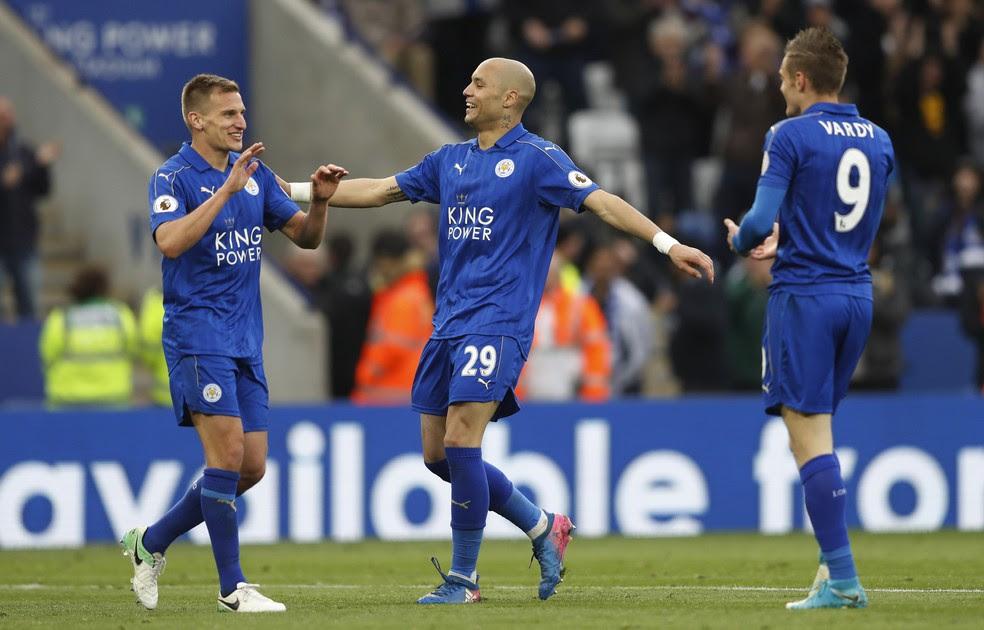 Marc Albrighton comemora com Benalouane  e Vardy o seu gol na vitória de 3 a 0 do Leicester sobre o Watford (Foto: Reuters)