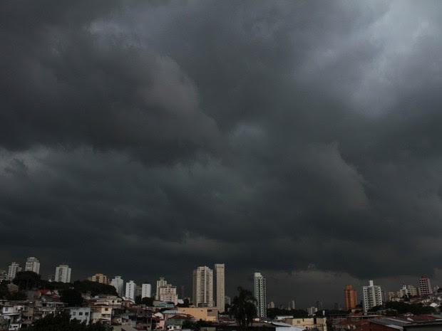 Nuvens carregadas na Zona Norte de São Paulo neste sábado (Foto: Willians Queiroz/Futura Press/Estadão Conteúdo)