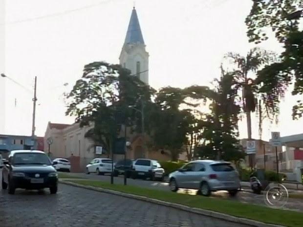 Lei que disponibiliza terrenos à igreja católica gera polêmica (Foto: Reprodução/ TV TEM)