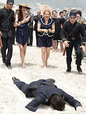 Dorleac e Diva são presas por Praxedes (Foto: Lado a Lado / TV Globo)