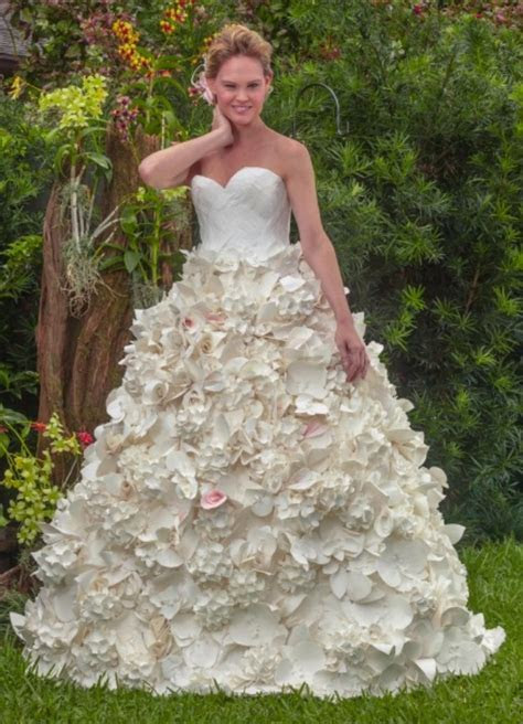 10 Beautiful Wedding Dresses ? Made Out of Toilet Paper