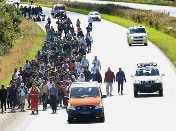 Profughi arrivano in Germania scortati dalla polizia