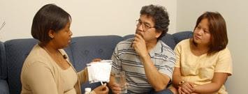 Una pareja en consulta con su profesional de salud