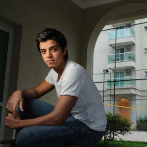 http://tv.i.uol.com.br/televisao/2011/10/13/o-ator-rodrigo-simas-131011-1318544913271_300x300.jpg