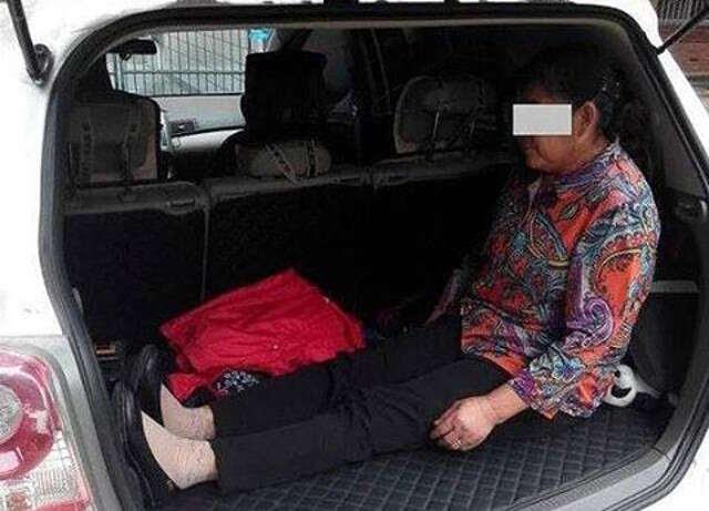 Homem coloca a própria mãe para viajar no porta-malas de carro que ela o deu