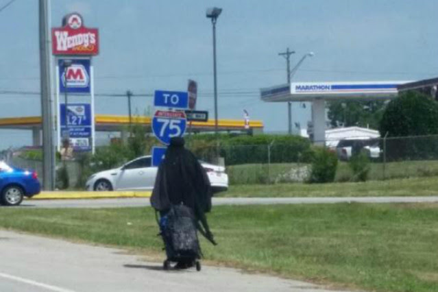 'La mujer de negro' andando por la carretera