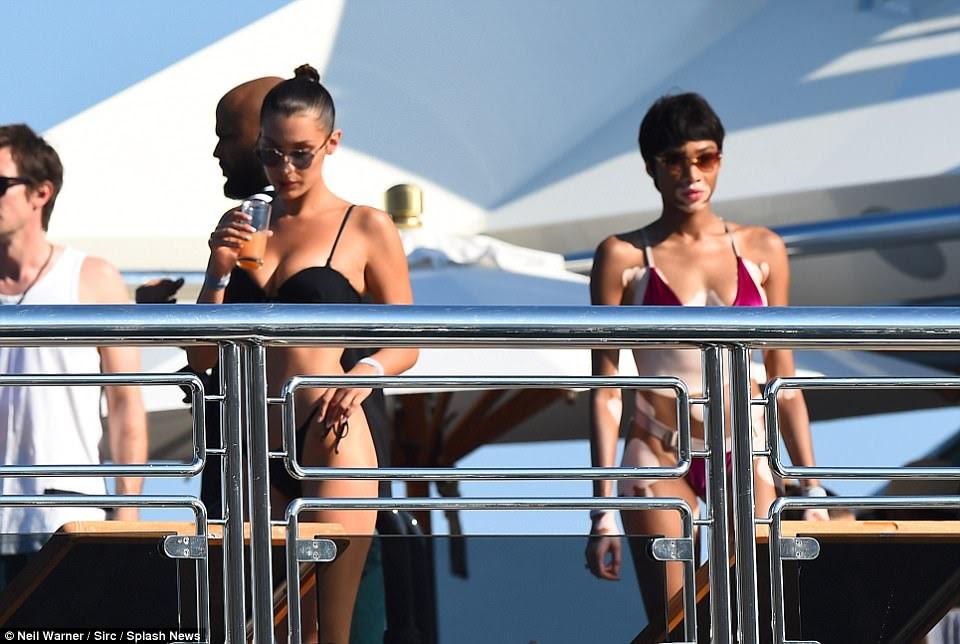 Bevy das belezas: Bella e Winnie escolheram o skimpiest dos bikinis para fazer oa maioria das temperaturas scorching
